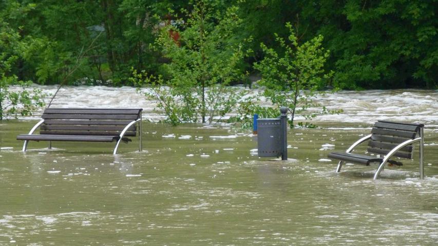 Schnell war - mal wieder - von einer Jahrhundertflut die Rede. Und die machte auch vor dem Landkreis Neustadt/Aisch-Bad Windsheim nicht Halt. Einfach auf einer Parkbank sitzen - das war zeitweise unmöglich.