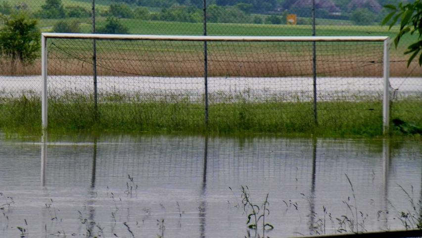 Kein Fußball: Im Ortsteil Schauerheim konnte nur noch Wasserball gespielt werden.