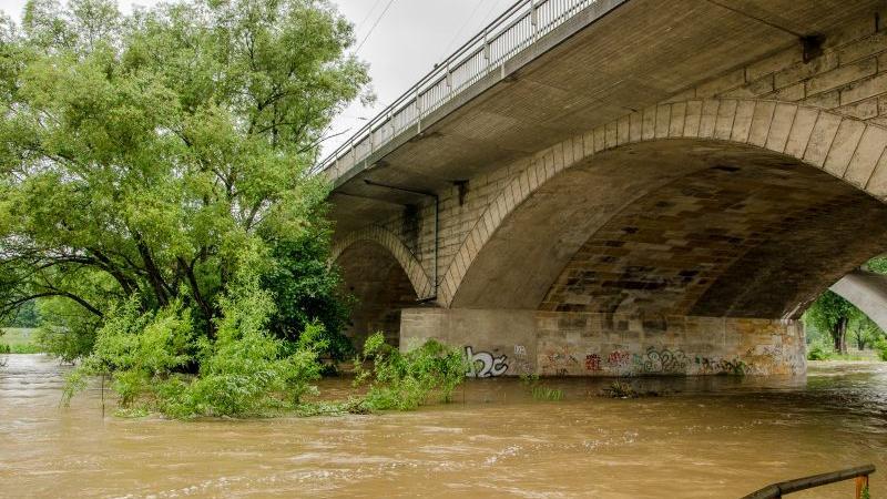 Unter der Sieben Bogen Brücke in Fürth brodelte das schlammige Wasser.