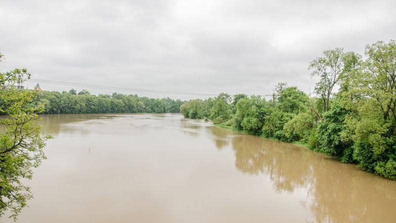 Die Rednitz bei Fürth ist durch den Dauerregen der letzten Tage stark angeschwollen und...