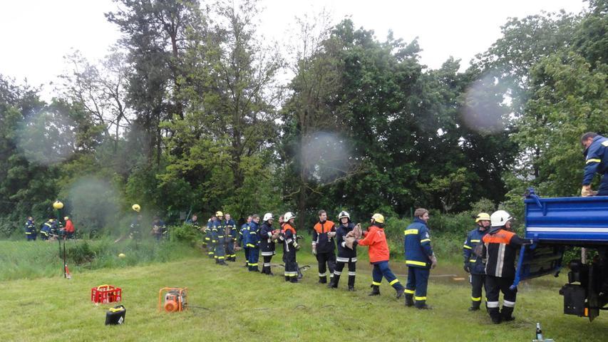 ...die Feuerwehr Sandsäcke, um die Wassermassen zu bekämpfen.