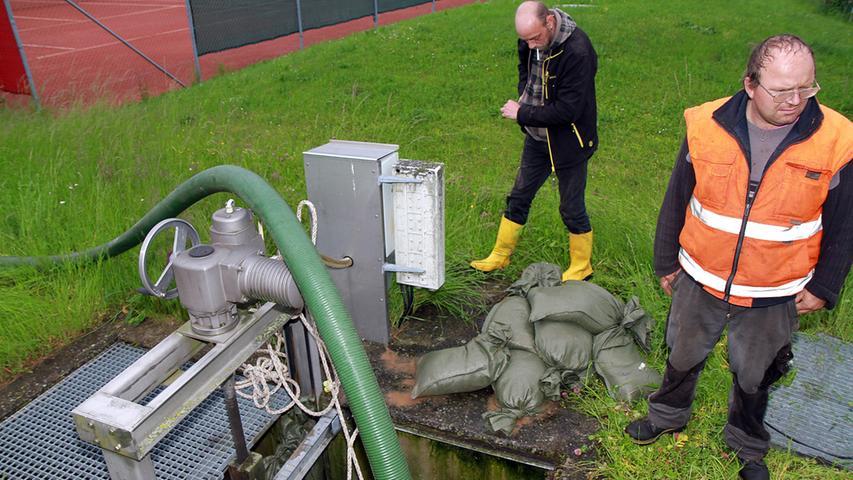 Mit Hilfe von Pumpen wurde versucht,....