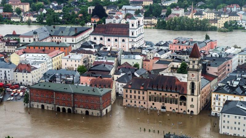 All das war jedoch nichts im Vergleich zur Lage in Südostbayern. Halb Passau versank in den Fluten der Donau. In der Stadt herrschte Katastrophenalarm. Die Altstadt stand vollkommen unter Wasser. Weitere Bilder zur Flut in Passau  finden Sie in unserer Bildergalerie.