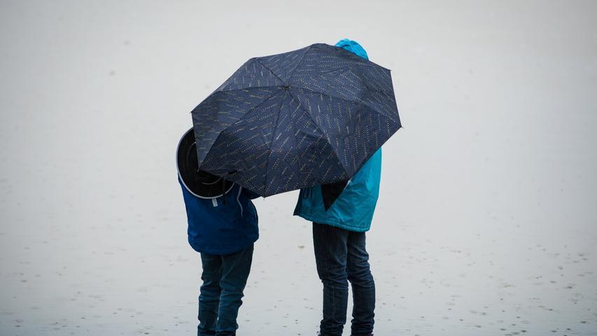 Ohne Regenschirm trauten sich nur wenige Leute vor die Haustür.