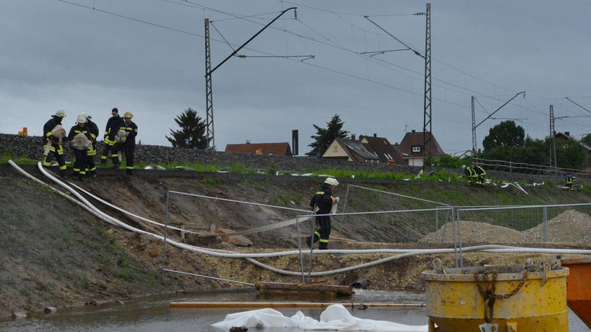 Insgesamt waren Feuerwehr und THW rund zwölf Stunden in Eltersdorf im Einsatz.