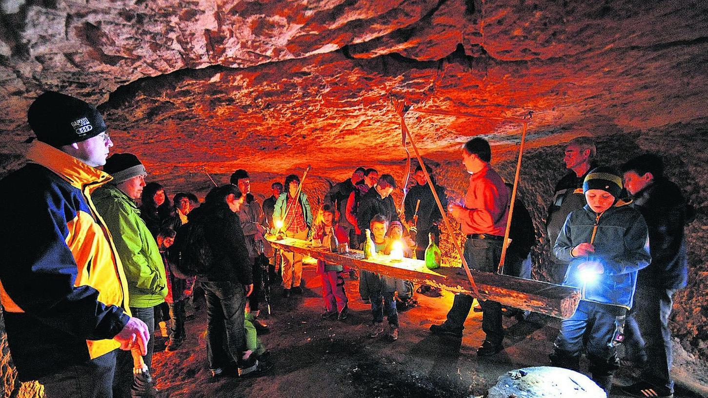 """Kennt jeden Winkel: Michael Wirth (im orangefarbenen Hemd) führt Einheimische und Touristen regelmäßig in die Felsenkeller. """"Hier war unser El Dorado"""", erzählt er aus seiner Kindheit."""