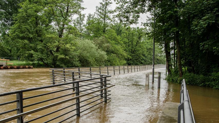 Auch die Fürther Uferpromenade steht unter Wasser.