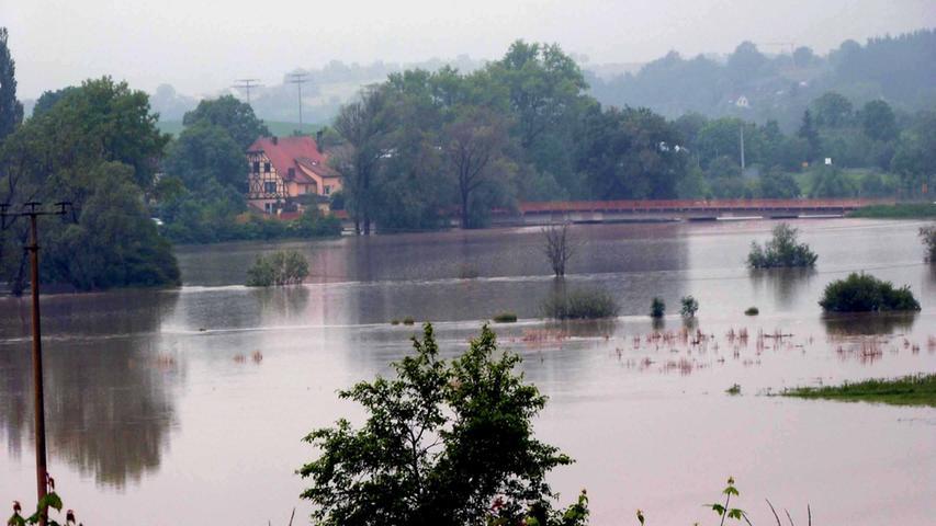 Fast malerisch sah der Mittlere Aischgrund bei Gutenstetten Ende Mai aus - allerdings nur für die Menschen, die nicht vom Hochwasser betroffen waren. Weitere Bilder zur Flut in Neustadt und Umgebung finden Sie in unserer Bildergalerie.