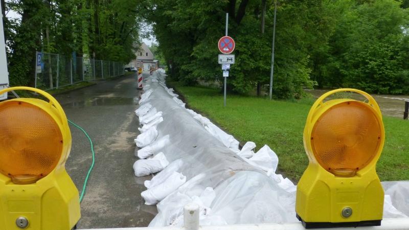 Ein Sandwall soll die Neustädter Kirchweih vor Aischhochwasser schützen.