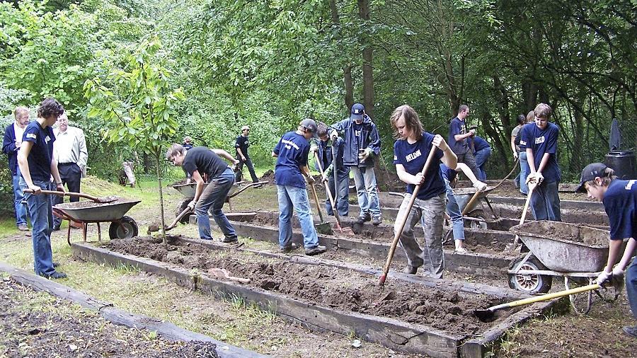 """Bei der Vorgängeraktion """"Drei Tage Zeit für Helden"""" legte die evangelische Jugend in Pegnitz den Garten der Sammet-Schule neu an."""