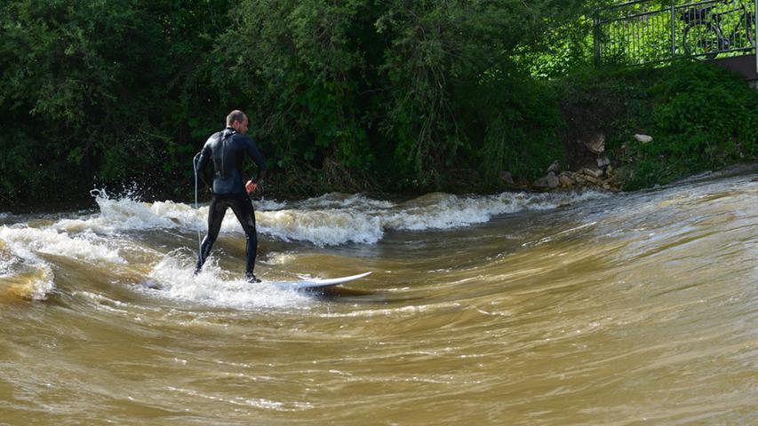 Dafür bot sich den Nürnbergern mancherorts die perfekte Welle. Das Hochwasser kam den Surfern gerade recht. <a href=