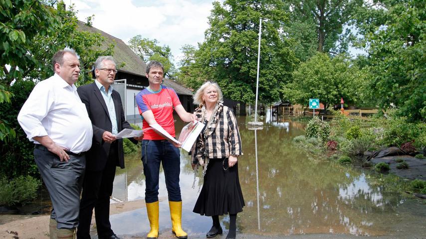 Bezirkstagspräsident Richard Bartsch (2.v.l.), seine Stellvertreterin Karin Knorr und Bezirksrat Walter Nussel (l.) ließen sich von Einrichtungsleiter Michael Thiem die Schäden in der Laufer Mühle zeigen.