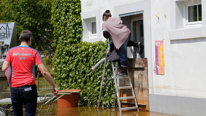 Rund um das Bäckerei-Gebäude schwappt noch das Wasser.