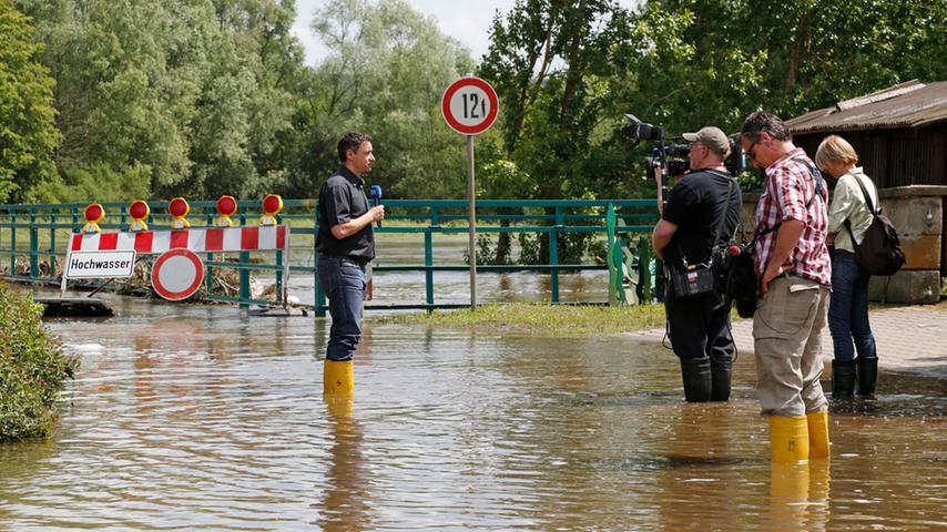 Auch das Fernsehen interessiert sich für die Schäden, die das Hochwasser in der Laufer Mühle hinterlassen hat.
