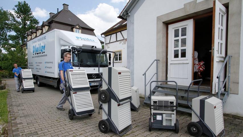 Eine ganze Lastwagenladung Trocknungsgeräte wurde am Mittwoch angeliefert, um die Laufer Mühle wieder trocken zu bringen.