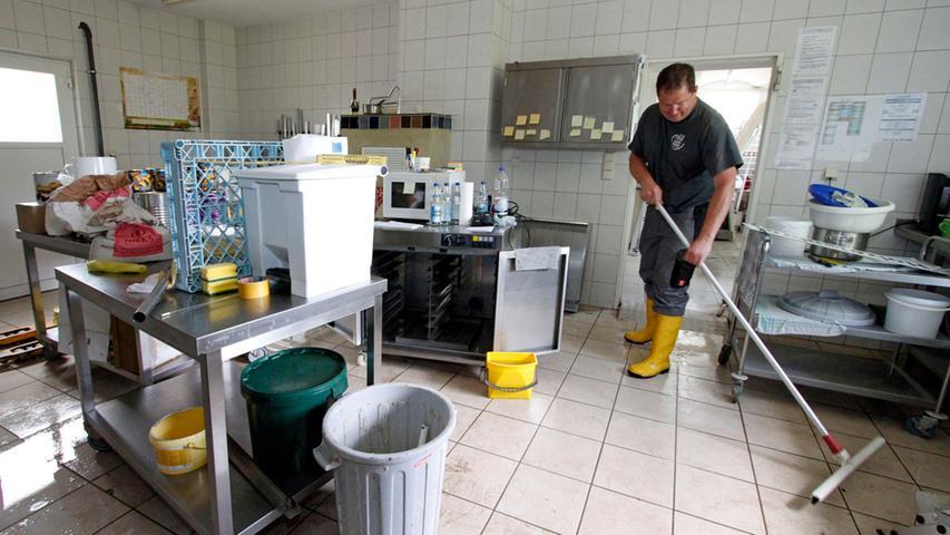 Das Hochwasser am ersten Juniwochenende hat in der Laufer Mühle massive Schäden hinterlassen - Gutachter schätzen sie auf 250 000 bis 400 000 Euro. Auch in der Bäckerei muss noch fleißig geschrubbt werden.