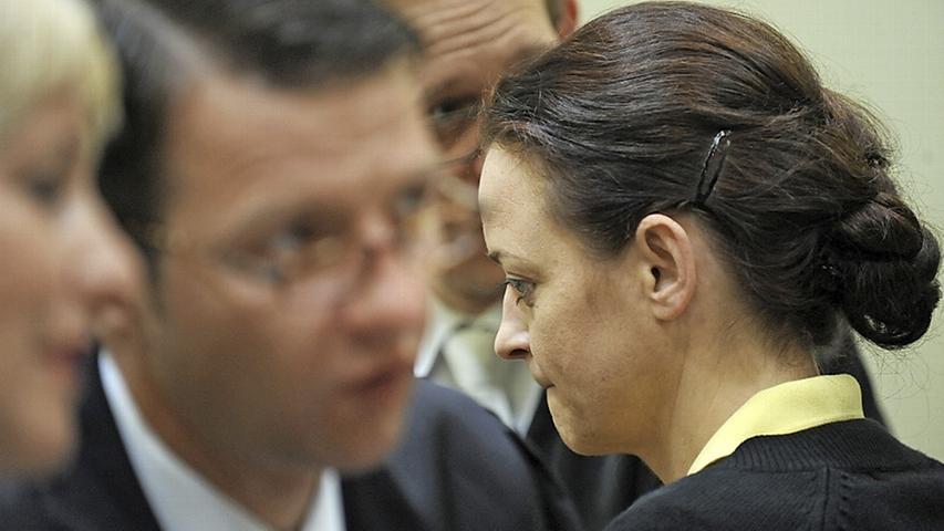 """Gelassen: Beate Zschäpe mit ihren Anwälten. """"Was wollten Sie von ihm?"""", fragte der Vater des 2001 in Hamburg ermordeten Süleyman Tasköprü vor Gericht. Er war das dritte Opfer. Zschäpe vermied es, den Mann direkt anzuschauen, und starrte – wie so oft in diesem Prozess – auf den Bildschirm ihres Laptops."""