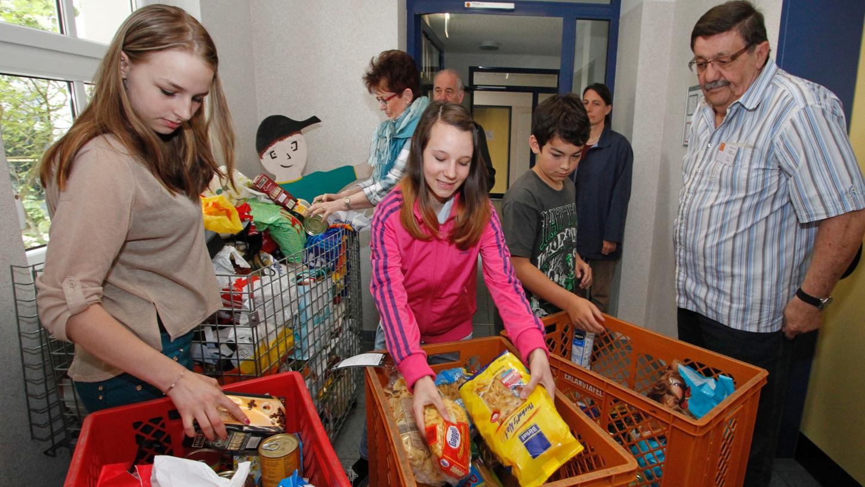 Schüler und Eltern des Liebfrauenhauses haben wieder eine Woche lang Lebensmittel und Geld für die Herzogenauracher Tafel gesammelt. Beim Verladen halfen die Schülersprecher Ines, Leonie und Luc (vorne von links).