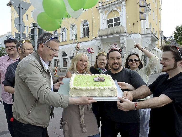 protestieren vis-a-vis die Befürworter des Hotel-Erhalts mit Geburtstagstorte.
