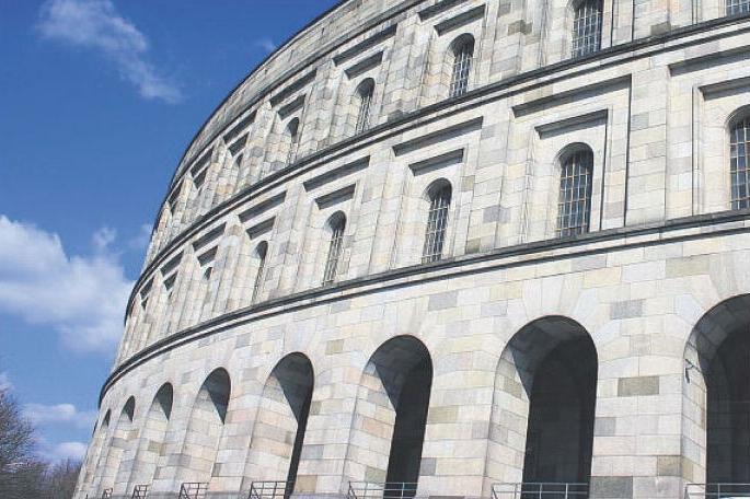 Die dem römischen Colosseum nachempfundene Kongresshalle sollte einmal Platz für 50.000 Menschen bieten. Nach dem Kriegsbeginn wurde hier aber nicht weiter gebaut.
