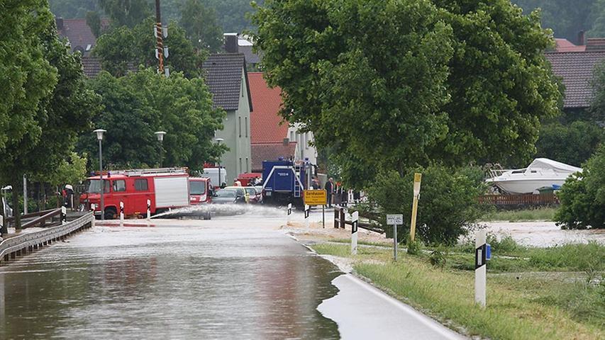 Viele Straßen mussten für den Verkehr gesperrt werden, hunderte Einsatzkräfte von Feuerwehr, Polizei und THW kämpften gegen die Wassermassen. Weitere Bilder zur Flut im Landkreis Weißenburg-Gunzenhausen finden Sie in unserer Bildergalerie.