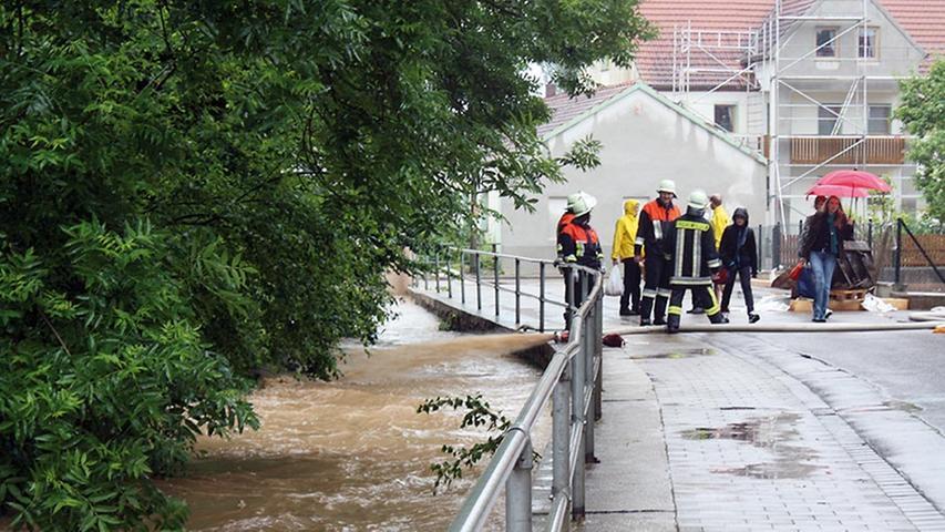 Tagelang hielten die Wassermassen die Menschen in der Region in Atem. Betroffen war auch der nördliche Landkreis Weißenburg-Gunzenhausen: Nach heftigen Regenfällen kam es besonders in den Ortschaften Wachstein, Dornhausen, Pfofeld (im Bild) und Rittern zu Überschwemmungen.
