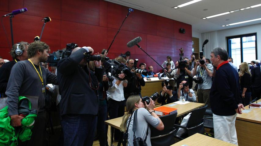 Mitte Dezember spricht Mollaths Pflichtverteidiger, Thomas Dolmány, beim damaligen Prozess,  in der Nürnberger Zeitung davon, dass sich Mollath schon während der damaligen Verhandlung äußerst ungeschickt angestellt habe. Als der Anwalt den Angeklagten zum ersten Mal im Sitzungssaal traf, hatte Mollath eine Zahnbürste in der Brusttasche seines Sakkos. Auf die Frage, was das solle, antwortete er: