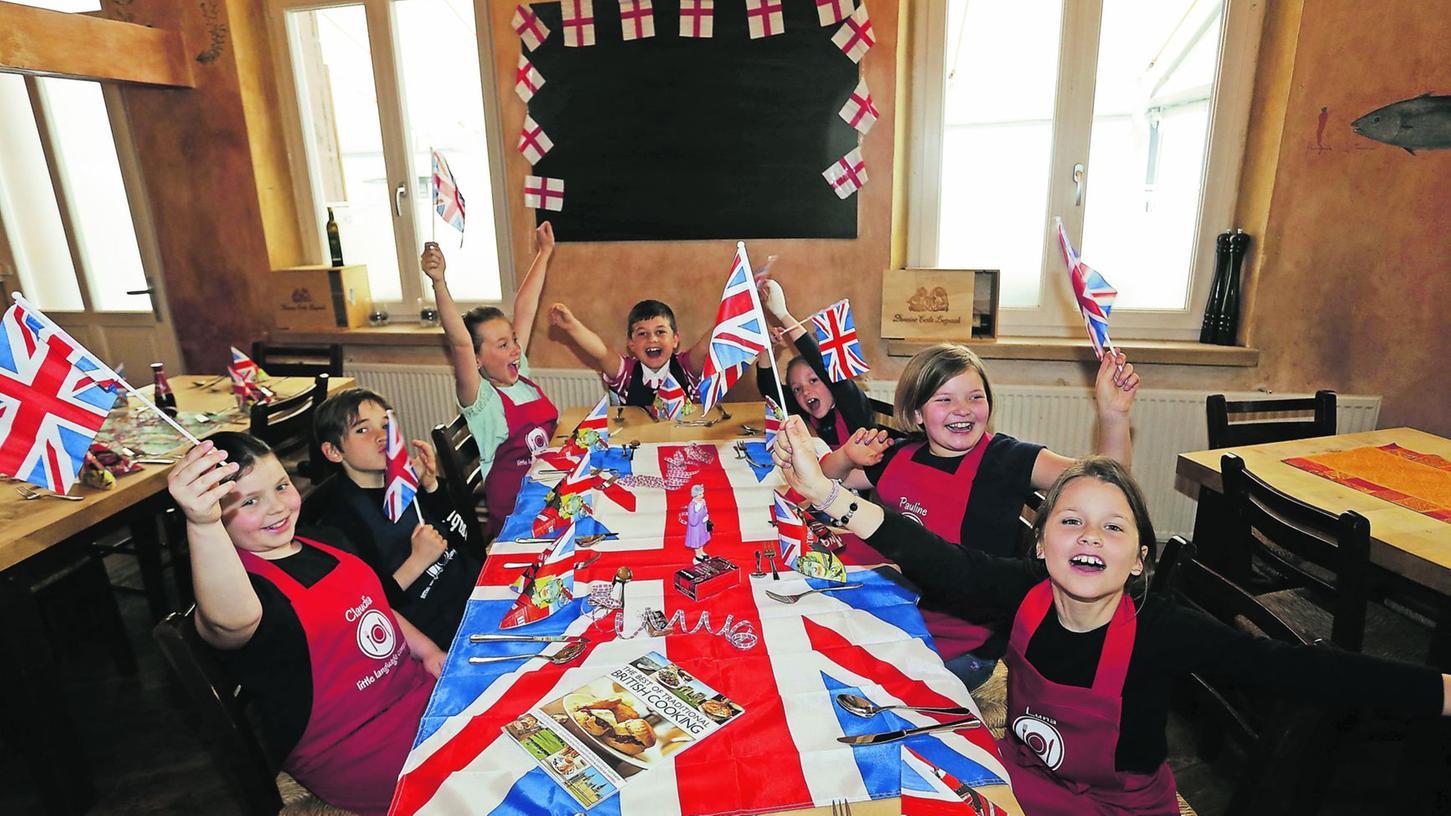 Claudia, Luis, Nadja, Fuat, Mia, Pauline und Luna (von links) haben ein britisches Menü für ihre Eltern gekocht.