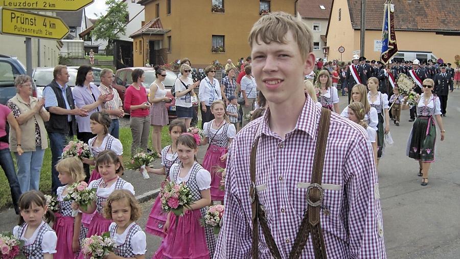 Mit einem  feierlichen Umzug durch Kottensdorf präsentierte sich die Jubelwehr.