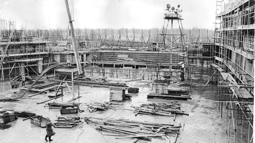 Auf der Baustelle im Luitpoldhain sind hundert Arbeitskräfte beschäftigt. Hier ein Blick in den künftigen großen Konzertsaal. Deutlich sind die Chorstufen und der Raum für das Orchester zu erkennen. Eine ganze Batterie Scheinwerfer ist aufgestellt, damit...