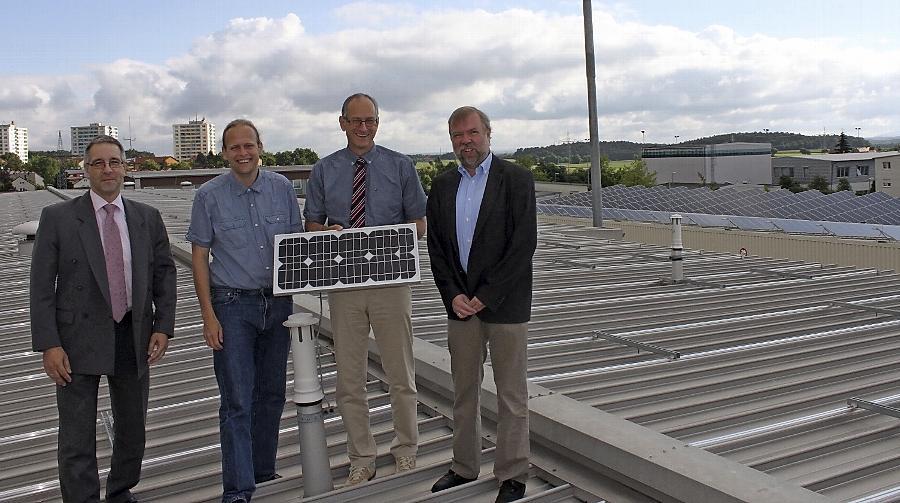 Von den Stadtwerke-Dächern kommt künftig noch mehr grüner Strom. Dort, wo Stadtwerke-Geschäftsführer Winfried Klinger (3.v.re.), sein Technischer Leiter Harald Falkner (li.) sowie Dr. Gerhard Brunner (2.v.li.) und Martin Sauer (re.) von der Agenda-21-Gruppe stehen, wird schon in wenigen Wochen ein weiteres großes Sonnenkraftwerk installiert sein.