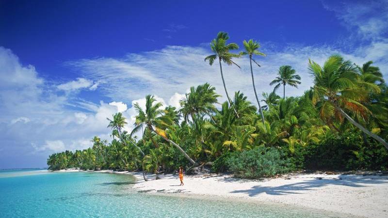 Wem ein Dorf nicht reicht, kann es ja mit einer Insel probieren. Die Cook-Insel Aitutaki (Bild) steht noch nicht zum Verkauf, andere Inseln in Nordamerika, Westeuropa, der Karibik oder im Südpazifik allerdings schon. Es gilt: Je wärmer, desto teurer. Cave Cay in den Bahamas (Karibik) ist beispielsweise für 60 Millionen Dollar zu haben.