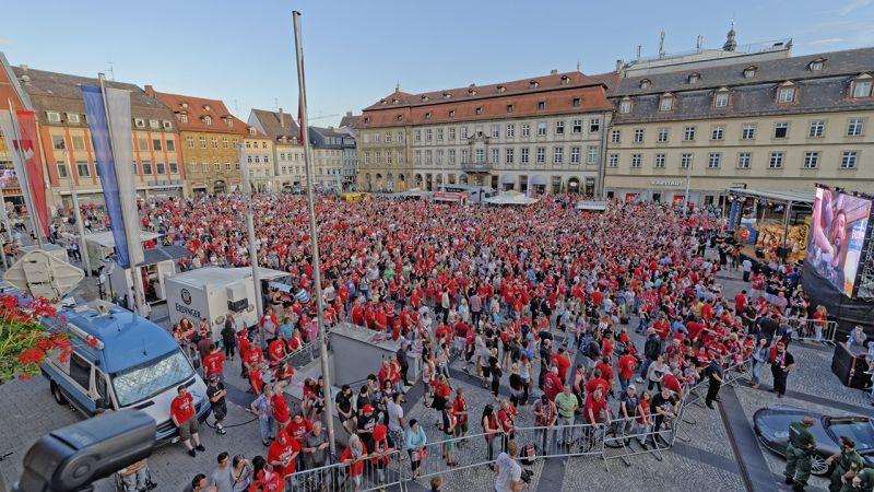 Der Maxplatz ist gut gefüllt: Begeisterte Fans feuern 2013 ihre Mannschaften an.