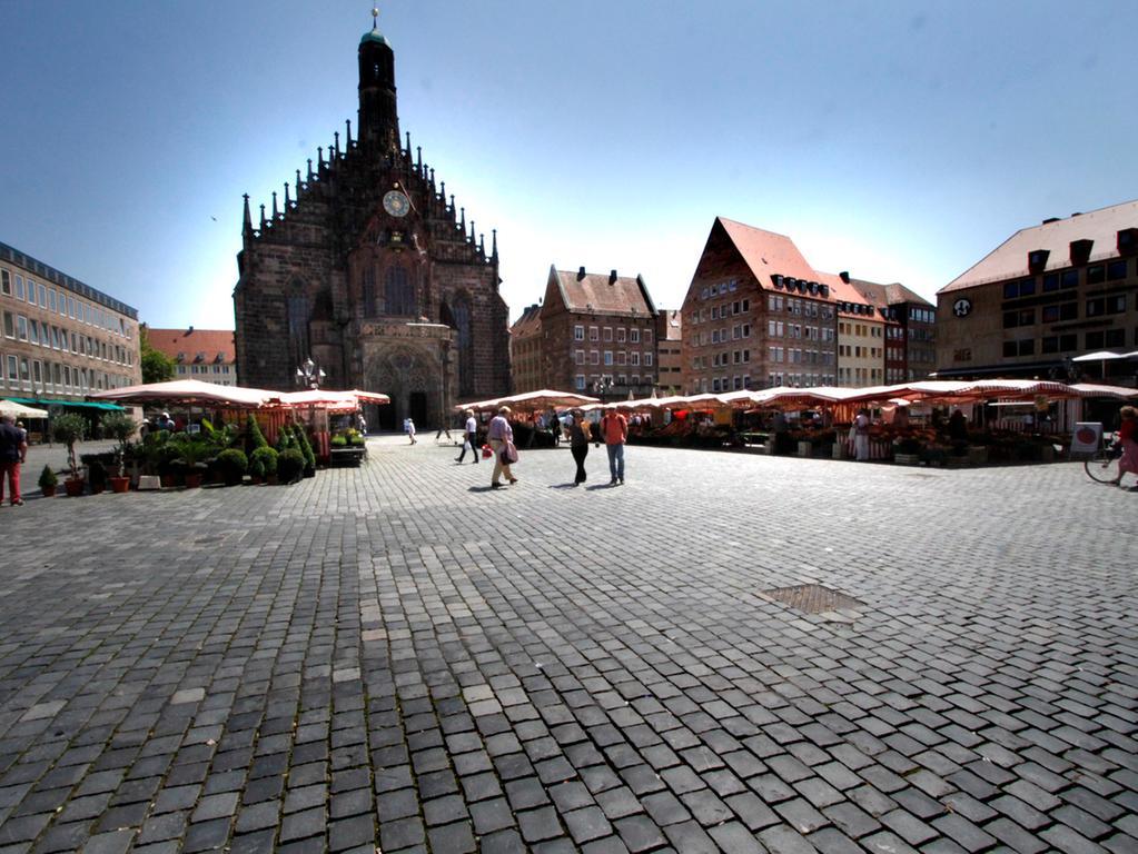 Bei Temperaturen um 32 Grad ist der Hauptmarkt in Nürnberg ziemlich verwaist.