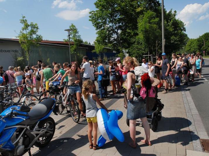 Lange Schlangen bildeten sich am Montag vor dem Röthelheimbad Erlangen.