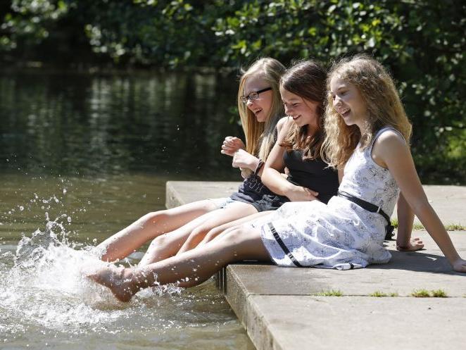 Sommerwetter mit Spitzentemperaturen lockte in Neumarkt Jana (12), Janina (14) und Maike (12) (v.l.) an den Wasserspielplatz.