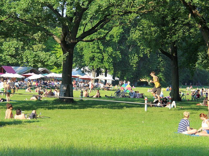 Die Nürnberger genießen den lauen Sommerabend auf der Wöhrder Wiese beim Slacklinen, Herumsitzen oder -liegen.