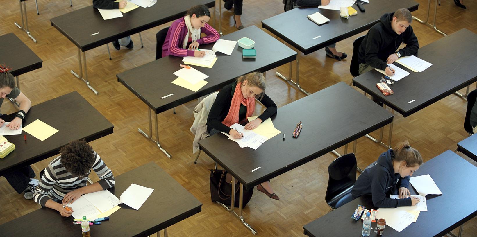 Große Hürde: Für die Schüler einer Schweinfurter Privatschule waren die schriftlichen Abi-Prüfungen zu schwer. (Symbolbild)
