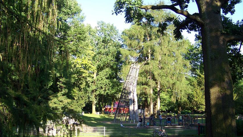 Der Stadtpark ist mit 19 Hektar nach dem Marienbergpark der zweitgrößte Park Nürnbergs. Hier gibt es einen großen Spielplatz und speziell für die kleinen Wassernixen einen Flusslauf, in dem sie toben und planschen können. Für die Eltern bietet sich ein Kaffee im Parks an. Unser Tipp für einen Familienausflug mit kleinen Kindern.  Bitte beachten Sie: Aufgrund der Corona-Pandemie sind derzeit möglicherweise nicht alle Angeboteverfügbar.