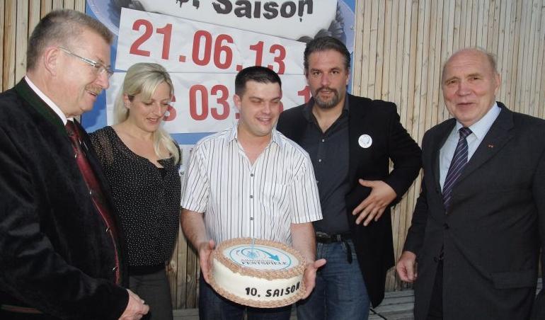 Intendant Christian P. Hauser (Zweiter von rechts)  wurde von Bäckermeister Alexander Herzog und seine Frau Manuela mit einer Jubiläumstorte überrascht. Links Landrat Georg Wägemann und rechts Bürgermeister Roland Fitzner.