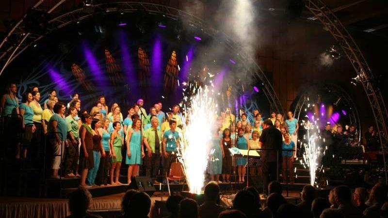 """Zum Feuerwerk der Stimmen gab es auch """"zündende Effekte"""" beim Jubiläumskonzert von"""