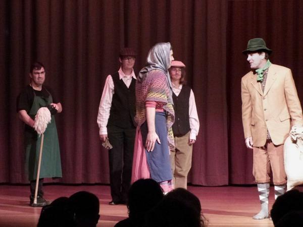 """Die Theatergruppe begeisterte in dem bis auf den letzten Platz besetzten """"Novalis-Saal""""."""