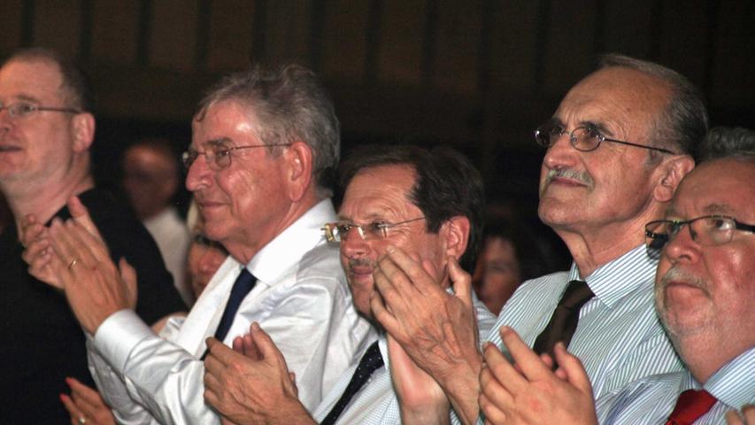 Danach gab es stehende Ovationen auch vom Schirmherrn Dr. Thomas Goppel, Landtagsabgeordnetem Hans Herold, dem ehemaligen Ministerialbeauftragten für die Realschulen, Josef Lobenhofer, und Landrat Bernd Schnizlein (v. l.).