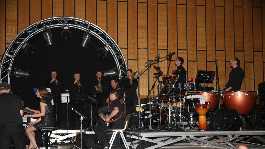 Die Band erweiterte sich zu einem Orchester mit professionellen Musikern und mächtigem Sound.