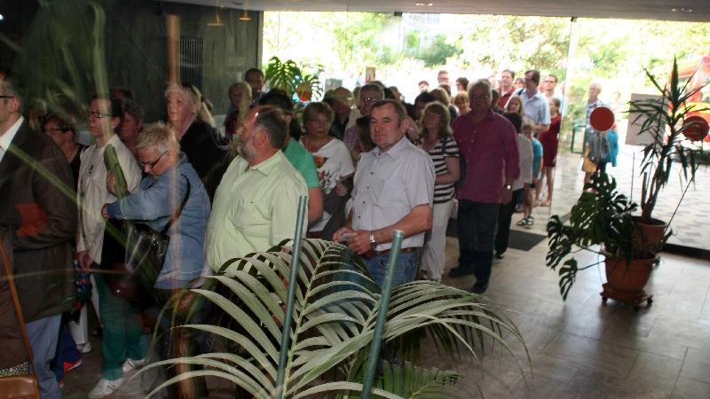 Schon eine halbe Stunde vor dem Einlass bildete sich die Warteschlange im Eingang der Markgrafenhalle...