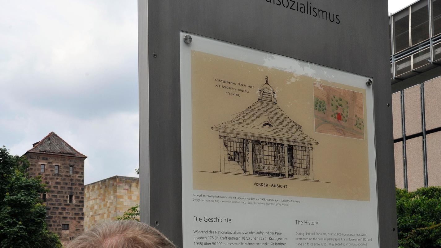 An der Frauentormauer hat die Stadt Nürnberg einen Gedenkort für die homosexuellen Opfer des Nazi-Regimes errichtet.