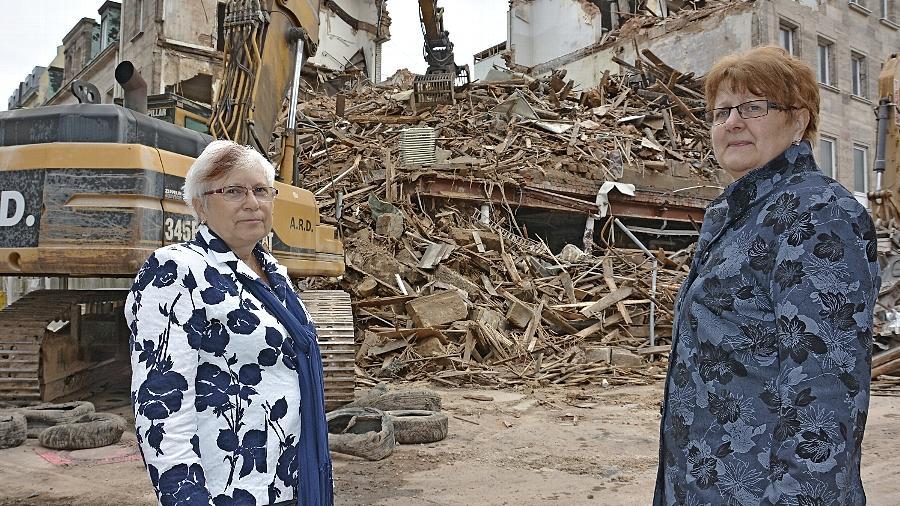 """""""Das Büro vom Chef, das ist schon weg"""": Angelika Blitsch (links) und Renate Schütt vor den Trümmern des Modehauses Fiedler, das mehr als dreißig Jahre ihr """"zweites Zuhause"""" war."""