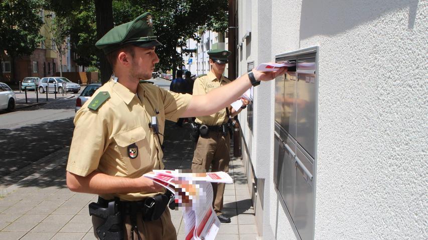 Die Beamten verteilten im Umkreis der Elsässer Straße Flugblätter.
