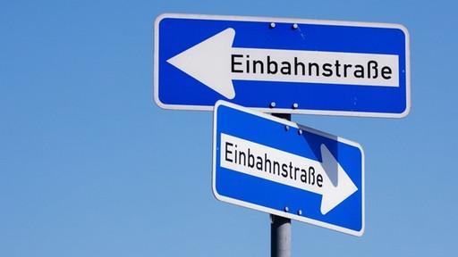 Das Befahren einer Einbahnstraße in die entgegengesetzte Richtung kostet 20 bis 35 Euro.