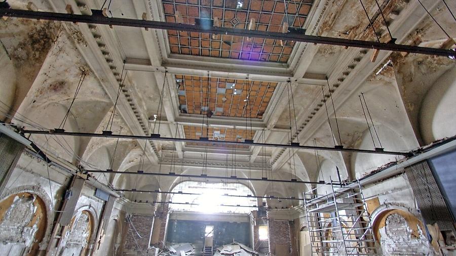 Neuer Blick in den oberen Teil des Festsaals: Übrig geblieben ist die Konstruktion, die die Zwischendecke trug. Das in früheren Zeiten farbig angestrichene Glasdach, das hier noch vollständig ist, baut MIB seit Montag ab.